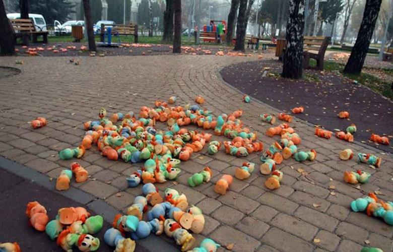 В Виннице на детской площадке неизвестные разбросали тысячи игрушек