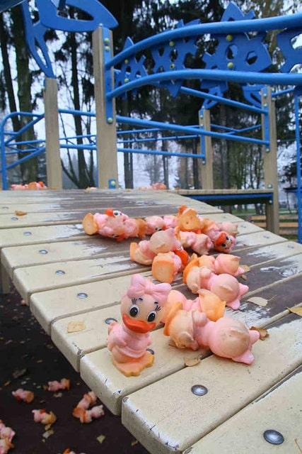 разбросали тысячи игрушек