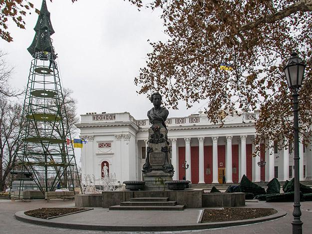 На центральной площади города Одессы идет установка елки