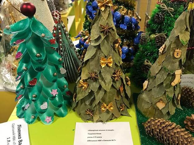 В Одессе школьники устроили выставку самодельных елок