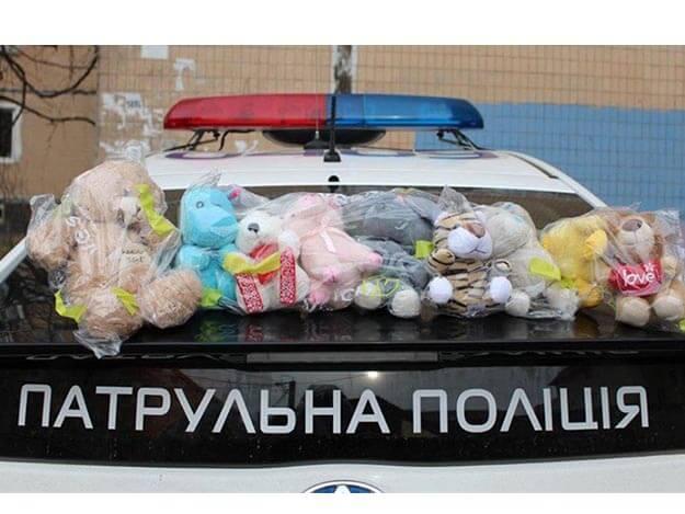 Патрульные Одессы продолжают дарить детям мягкие игрушки