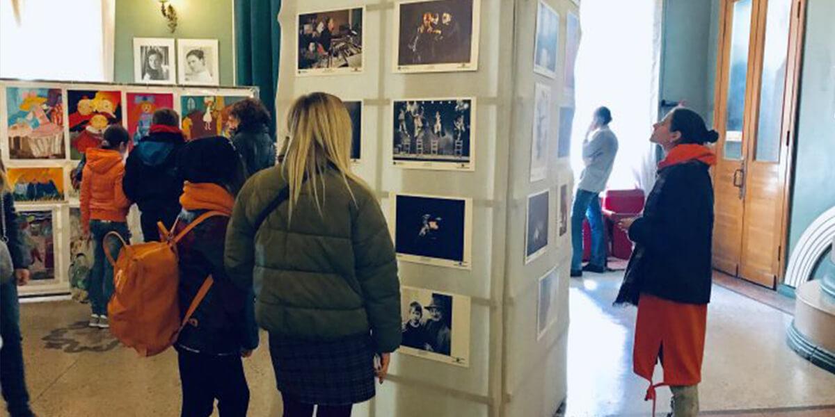 В ТЮЗе открылась выставка театральной фотографии